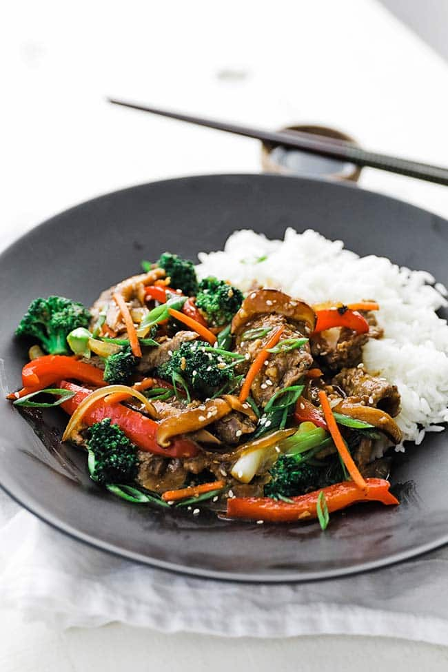 black plate of beef, vegetables and white rice